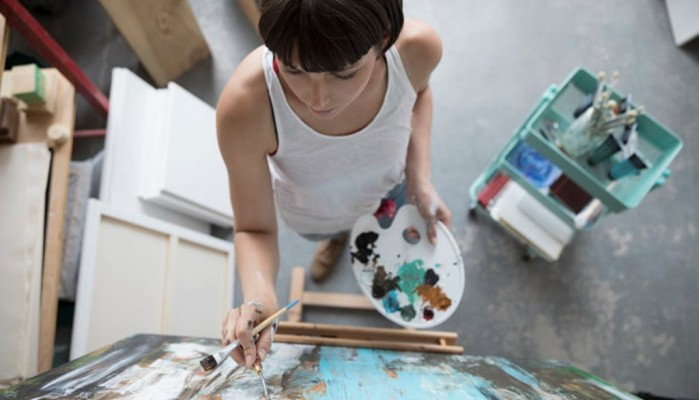 Καλλιτέχνις μαθαίνει πως το έργο που δημιουργούσε τελικά τη σκότωνε