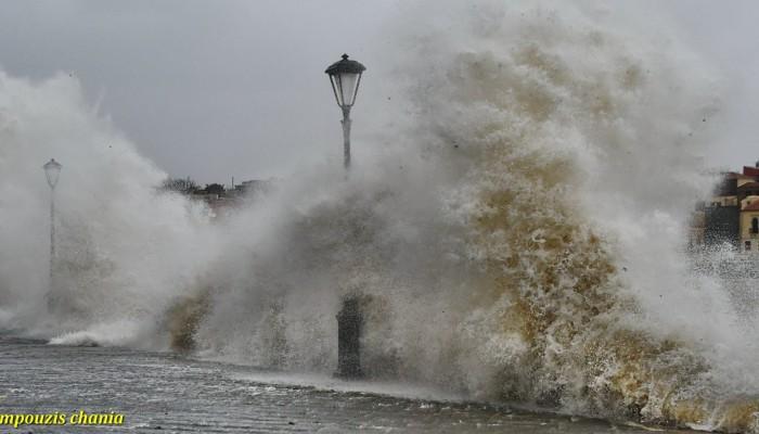 Εντυπωσιακά κύματα σκέπασαν το λιμάνι των Χανίων (φωτο)