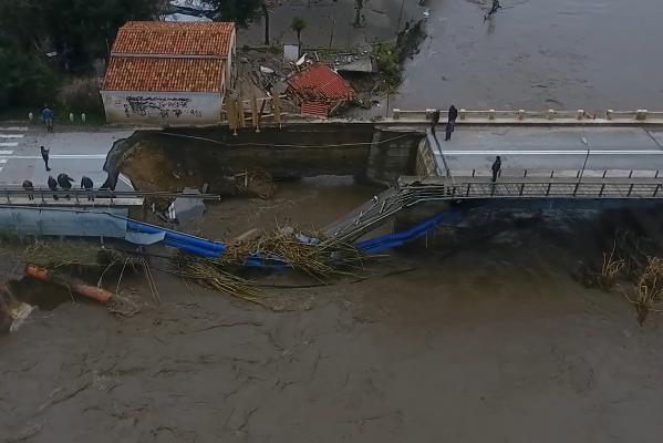 Σοκαριστικές οι εικόνες από την διαλυμένη γέφυρα Πλατανιά στον Ιάρδανο (βιντεο)