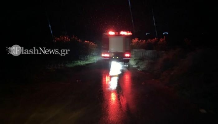 Αυτοκίνητο εγκλωβίστηκε σε χείμαρρο στον Πλατανιά - Σώοι οι δύο επιβάτες (φωτο)