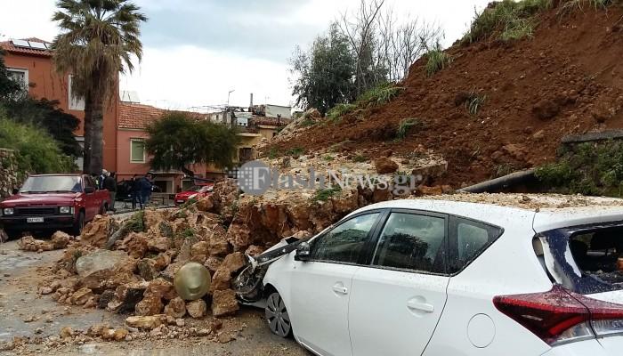 Κατέρρευσε και άλλο τμήμα του επιπρομαχώνα του Αγ.Δημητρίου -Έπεσε σε 3 οχήματα (φωτο-vid)