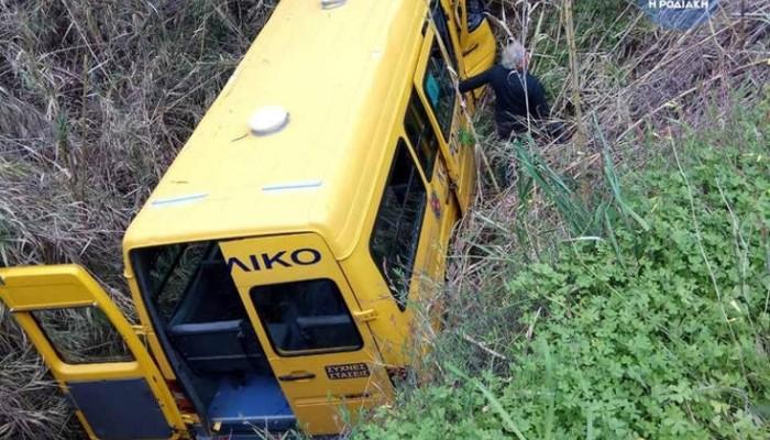 Σχολικό λεωφορείο βούτηξε σε ρέμα στη Ρόδο