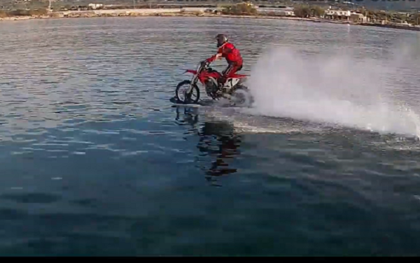 Ο Χανιώτης που κάνει θαλάσσιο motocross στα Φαλάσαρνα (βιντεο)