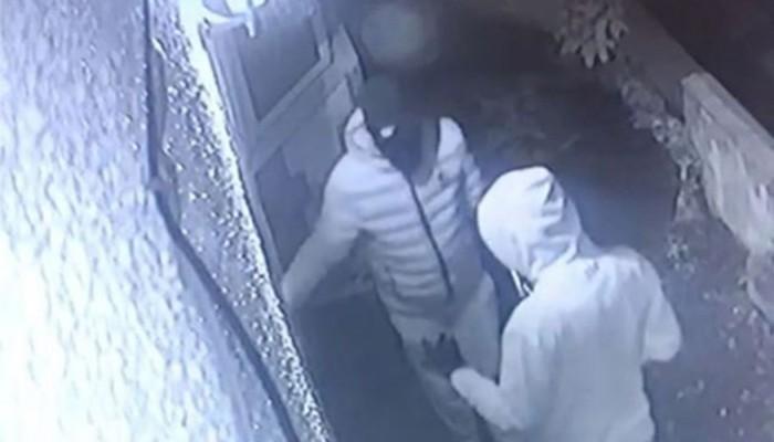 Κάμερα ασφαλείας δείχνει τη νέα τεχνική των διαρρηκτών για να μπουκάρουν σε σπίτια γρήγορα
