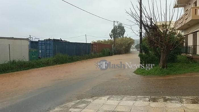 Προσοχή! Πλημμυρίζουν οι δρόμοι στα Χανιά (φωτο)