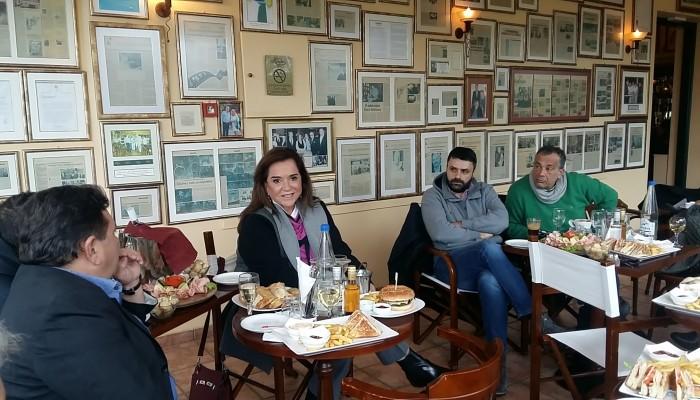 Χαλαρή κουβέντα με πολιτικό χρώμα στη συνάντηση της Ντόρας Μπακογιάννη με δημοσιογράφους