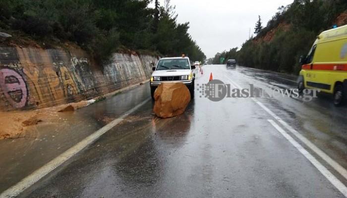 Μεγάλος βράχος έπεσε στην εθνική οδό Χανίων – Ρεθύμνης στο Πλατάνι (φωτο - βίντεο)
