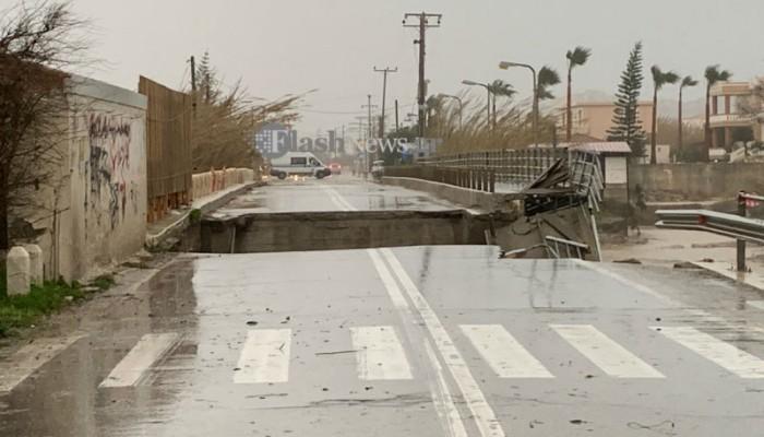 Αποκλεισμένος ο μισός νομός Χανίων - Κατέρρευσε και η γέφυρα του Πλατανιά (βίντεο + φωτο)