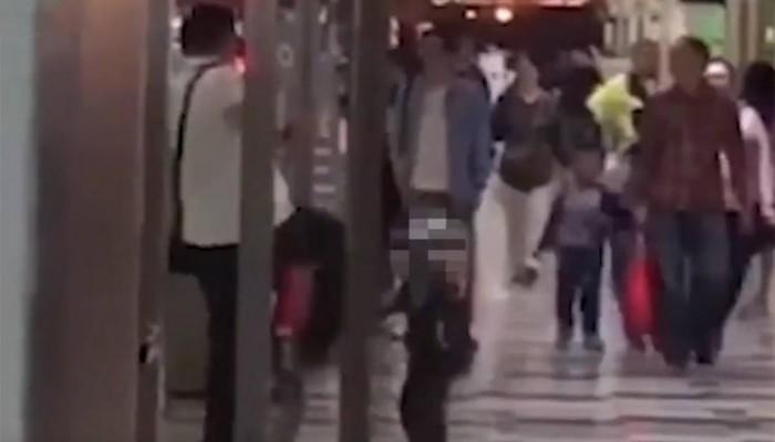 Οργή προκαλεί βίντεο με πατέρα που κλωτσάει τον μικρό του γιο στο στήθος