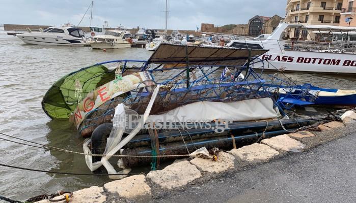 Ανατράπηκε γνωστή πλωτή κατασκευή στο ενετικό λιμάνι Χανίων λόγω κακοκαιρίας (video-φωτο)