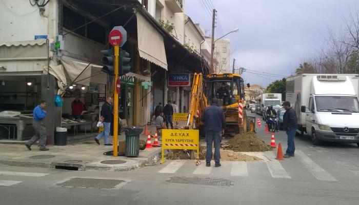 Χωρίς νερό τα καταστήματα στο κέντρο των Χανίων λόγω βλάβης (φωτο)