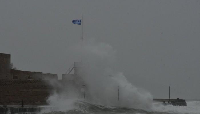 Δαμάζοντας τα κύματα στο ενετικό λιμάνι των Χανίων (φωτο)