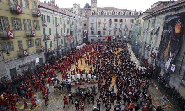 Ιταλία: Και ξαφνικά γέμισαν οι δρόμοι τόνους πορτοκάλια -Το έθιμο από τον Μεσαίωνα