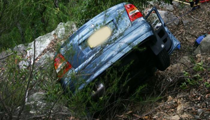 Μια μητέρα και δυο παιδιά απεγκλωβίστηκαν από αυτοκίνητο που έπεσε σε γκρεμό στο Ρέθυμνο