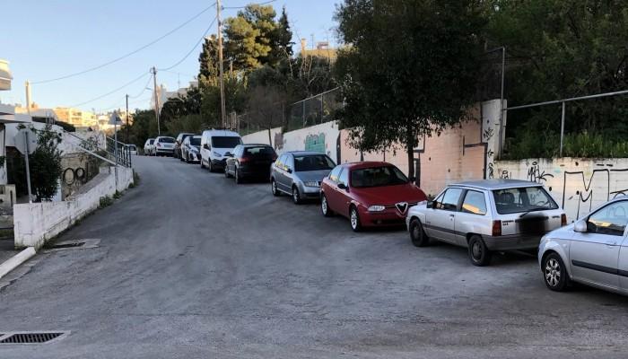 Αγανάκτηση! Βρίσκουν τα αυτοκίνητά τους χαραγμένα σε δρόμο των Χανίων