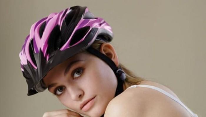 Σάλος στη Γερμανία για την προκλητική διαφήμιση υπέρ της χρήσης κράνους στο ποδήλατο