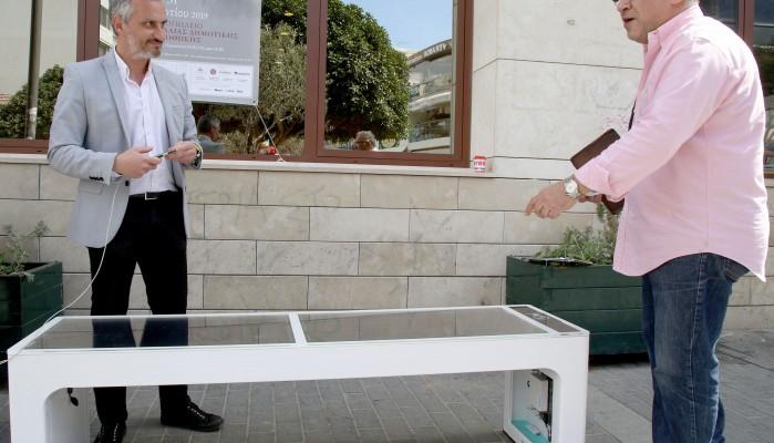 Ήρθαν τα «έξυπνα» ηλιακά παγκάκια στον Δήμο Ηρακλείου