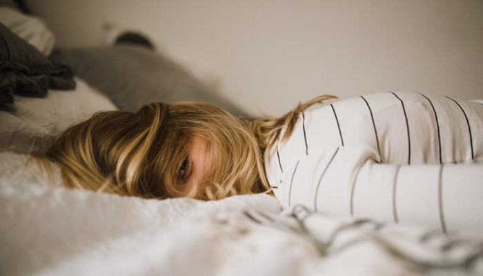 Τι συμβαίνει όταν πέφτεις για ύπνο λουσμένη;