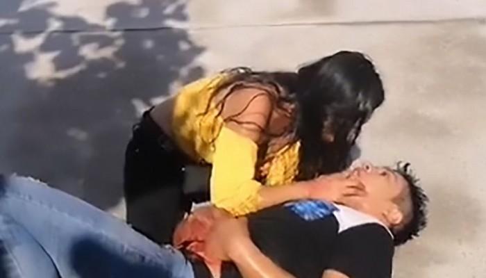 «Μην πεθάνεις αγάπη μου μου»:22χρονη αγκαλιάζει τον αιμόφυρτο φίλο της που μόλις μαχαίρωσε