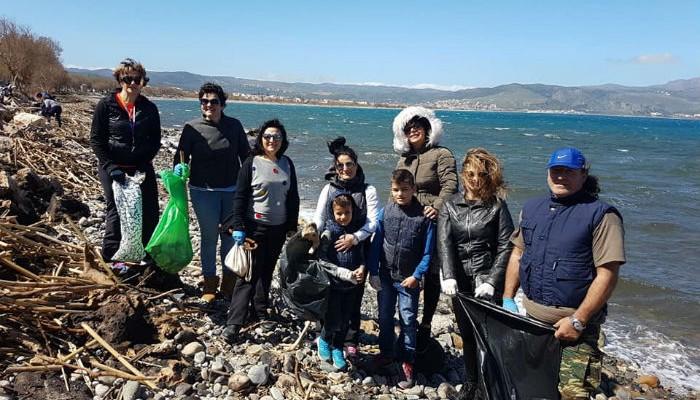 Εθελοντές καθάρισαν την παραλία στον Ταυρωνίτη από τα σκουπίδια της κακοκαιρίας (φωτο)