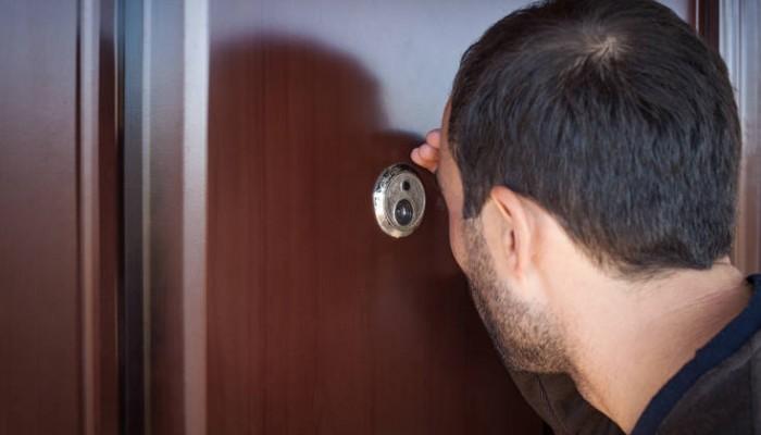 Ο λόγος που πρέπει να κλείνετε το ματάκι της πόρτας όταν φεύγετε για διακοπές