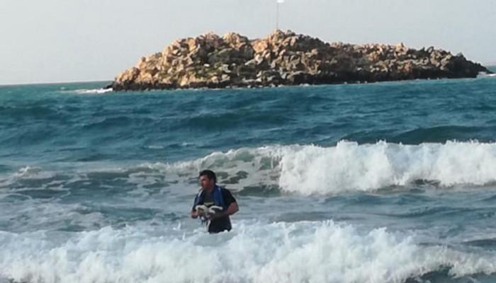 Κρήτη: Πήγε κολυμπώντας σε νησάκι για να αλλάξει την κουρελιασμένη σημαία (βίντεο)