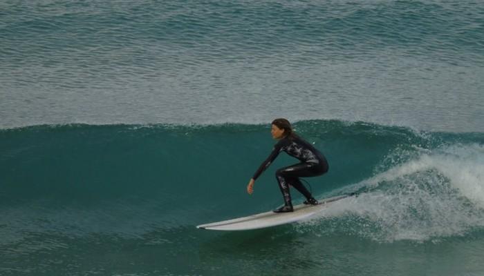 Η καλλονή Χανιώτισσα που δαμάζει τα κύματα (φωτο)
