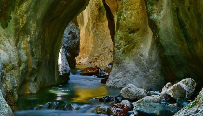Βόλτα στο υγρό φαράγγι των Χανίων (φωτο)