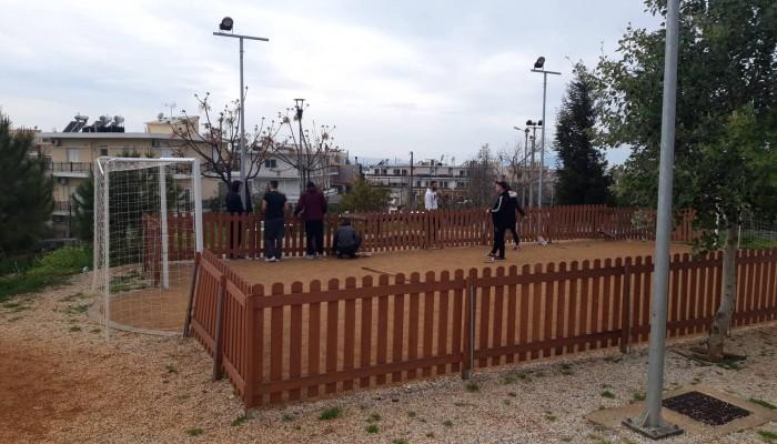 Παιδιά ανέλαβαν δράση και επισκεύασαν φθορές βανδάλων στο πάρκο της Αμπεριάς (φωτο)