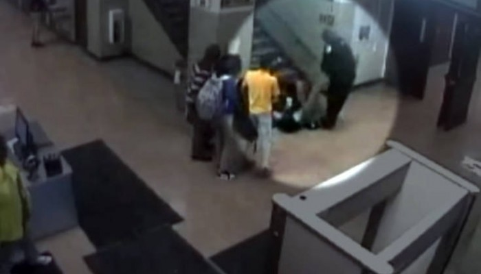 Αστυνομικοί κλωτσούν και σέρνουν μαθήτρια επειδή είχε το κινητό της στην τάξη