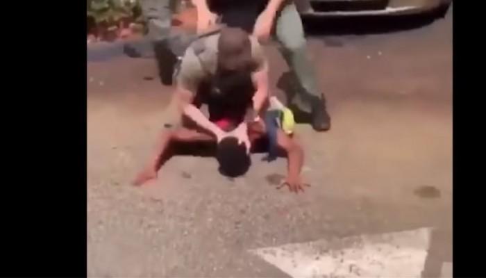 Οργή στη Φλόριντα για αστυνομικούς που χτύπησαν το κεφάλι 15χρονου στο οδόστρωμα