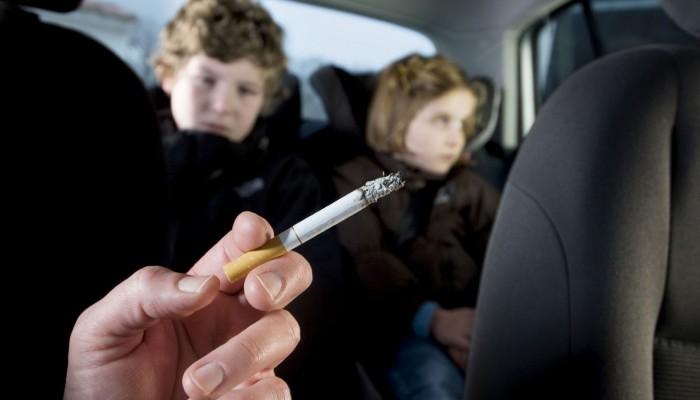 Κάπνιζε μέσα στο αμάξι ενώ είχε το παιδί και