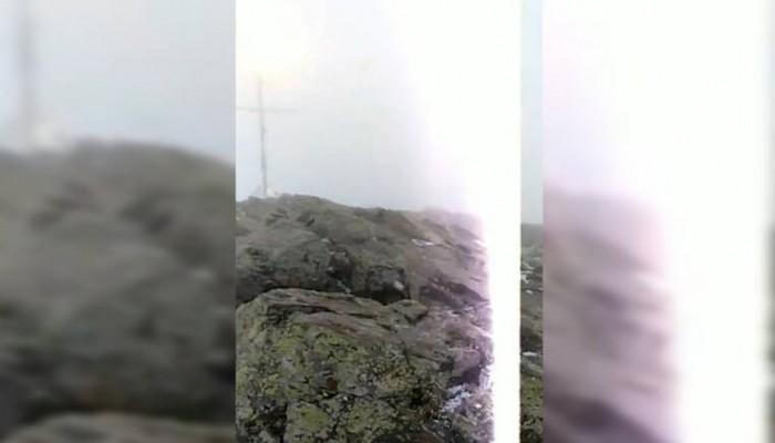 Συγκλονιστικό βίντεο από τη στιγμή που κεραυνός «χτύπησε» ζευγάρι στην κορυφή βουνού
