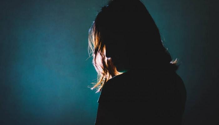 Την έκαψαν γιατί κατήγγειλε τον διευθυντή του σχολείου για σεξουαλική παρενόχληση