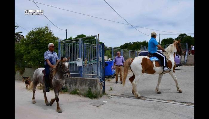 Εκλογές 2019: Δύο φίλοι από το Ναύπλιο πήγαν να ψηφίσουν με... άλογα