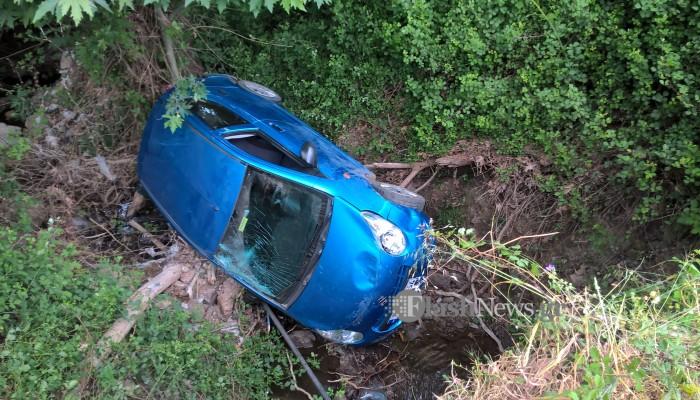 Αυτοκίνητο με δύο επιβάτες έπεσε στο κενό στον Κακόπετρο στα Χανιά (φωτο)