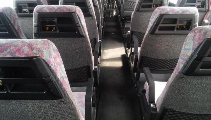Μπήκαν μέσα σε λεωφορείο και μαχαίρωσαν επιβάτη