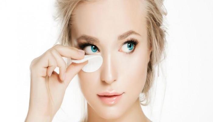 Η ιδανική μάσκα για τις ρυτίδες κάτω από τα μάτια με αυτό το συστατικό από το ψυγείο σας