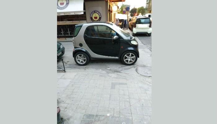 Γαϊδουρίστας παρκάρει και κλείνει ράμπα αναπήρων στα Χανιά