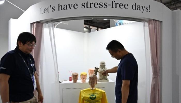 Κούκλα Τραμπ που τρώει ξύλο η μεγαλύτερη επιτυχία σε έκθεση ηλεκτρονικών ειδών στην Κίνα