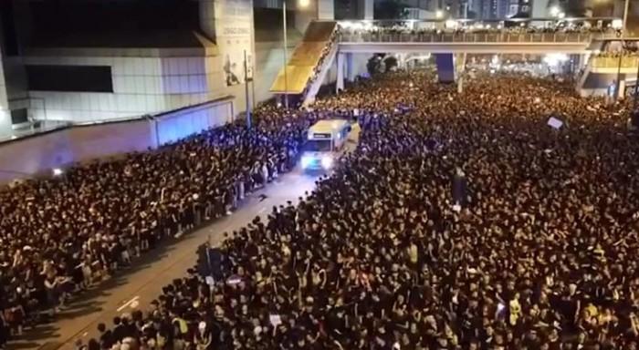 Χονγκ Κονγκ: 2 εκατ. διαδηλωτές άνοιξαν δρόμο σε ασθενοφόρο μέσα σε λίγα δευτερόλεπτα