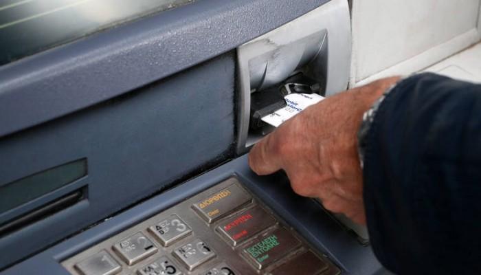 Αυξάνονται από βδομάδα οι χρεώσεις για αναλήψεις με κάρτες από ΑΤΜ άλλων τραπεζών