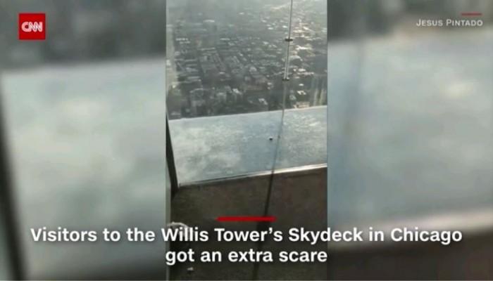 Όταν ο εφιάλτης γίνεται πραγματικότητα: Εσπασε το γυάλινο πάτωμα σε ουρανοξύστη του Σικάγο