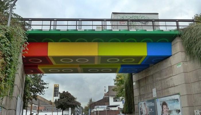 Γέφυρα που μοιάζει φτιαγμένη από Lego!