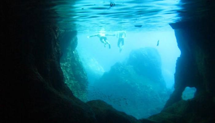 Μια θαλάσσια σπηλιά στα Κύθηρα που μοιάζει με πισίνα