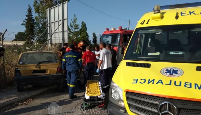 Γυναίκα εγκλωβίστηκε στο όχημα της μετά από τροχαίο στην Αγιά (φωτο)