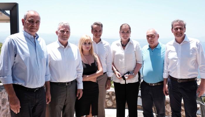 Σε πασίγνωστη καφετέρια στα Χανιά ο Κυριάκος Μητσοτάκης με υποψήφιους βουλευτές (φωτο)