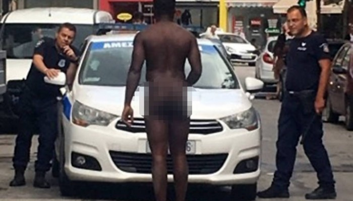 Γυμνός άντρας σταμάτησε μπροστά σε περιπολικό στη Λάρισα (φωτο)