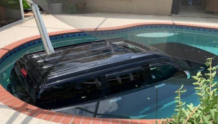 Πώς ένα τζιπ βρέθηκε σε πισίνα σπιτιού (φωτο)
