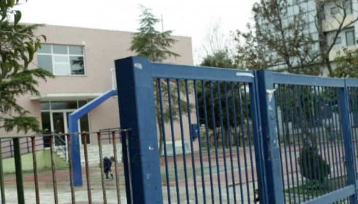 Προσήγαγαν μαθητές γυμνασίου επειδή... κάθονταν στο προαύλιο του σχολείου!